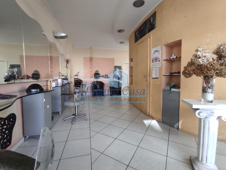 Locale comm.le/Fondo in affitto commerciale a Avenza, Carrara (MS)