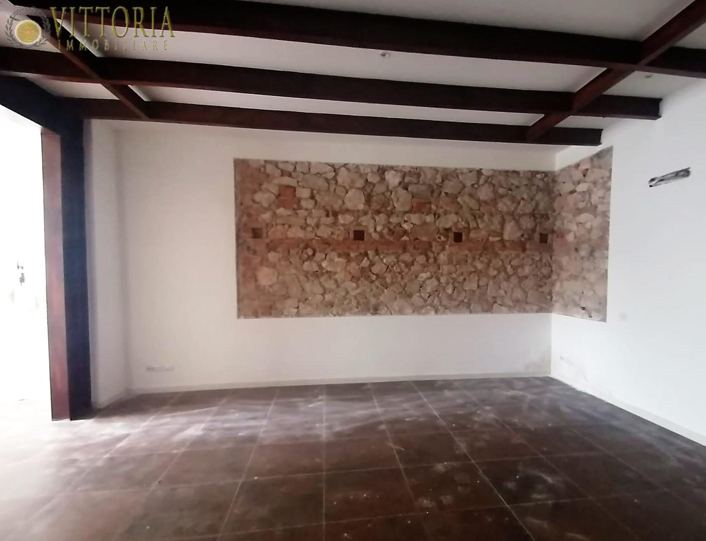 Locale comm.le/Fondo in affitto commerciale a Grosseto