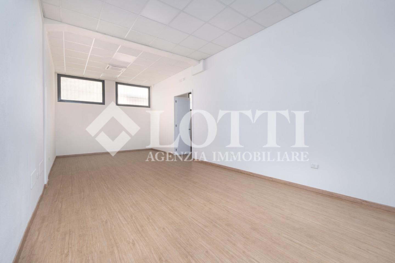 Locale comm.le/Fondo in affitto commerciale, rif. 766
