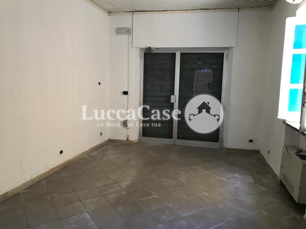 Locale comm.le/Fondo in affitto commerciale, rif. F032J